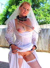 Collared bride gives her holes for all wedding guests