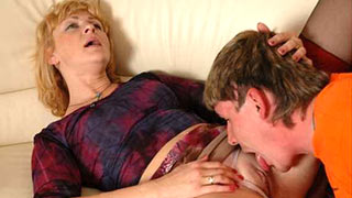 The boy eating mature woman's pussy