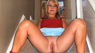 Woman showing her mature cunt