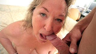Mature woman sucking cock