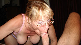 Mature woman sucked the guy's prick