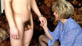 Mature woman loves the guy's cock